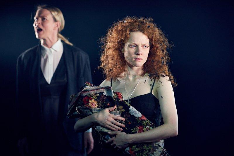 Hanna-Maria Grønneberg og Tone Mostraum i teaterforestillingen Den kaukasiske krittringen på Nationaltheatret, høsten 2020